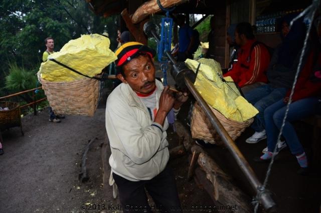 DSC_1790Sulphur worker in Mt Ijen and Ijen Crater